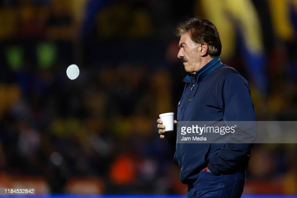 Ricardo Antonio La Volpe coach of Toluca looks on during the 16th round match between Tigres UANL and Toluca as part of the Torneo Apertura 2019 Liga...