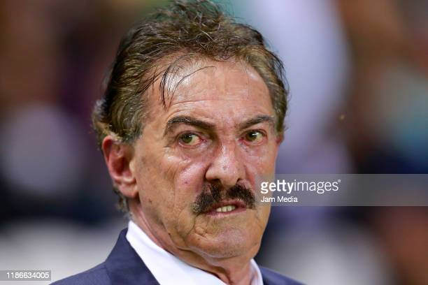 Ricardo Antonio La Volpe Head Coach of Toluca looks on during the 18th round match between Leon and Toluca as part of the Torneo Apertura 2019 Liga...