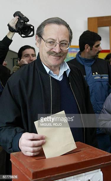 Ricardo Ehrlich candidato por el Frente Amplio a intendente de Montevideo vota durante las elecciones municipales el 08 de mayo de 2005 en Montevideo...