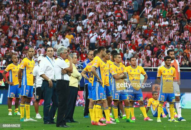 Ricardo Ferretti coach of Tigres and his players look dejected after the Final second leg match between Chivas and Tigres UANL as part of the Torneo...