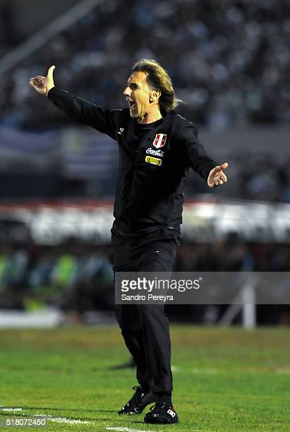 Ricardo Gareca coach of Peru gives instructions to his players during a match between Uruguay and Peru as part of FIFA 2018 World Cup Qualifiers at...