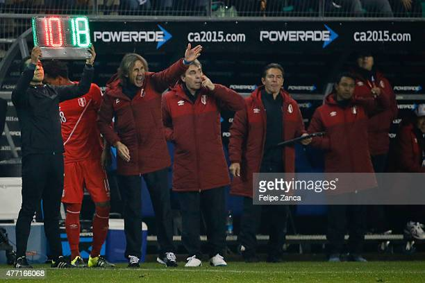 Ricardo Gareca coach of Peru shouts instructions to his players during the 2015 Copa America Chile Group C match between Brazil and Peru at Municipal...