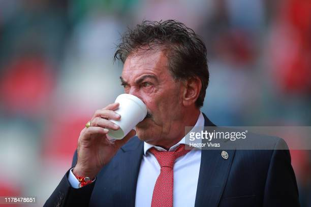 Ricardo La Volpe Head Coach of Toluca has a drink during the 15th round match between Toluca and Pachuca as part of the Torneo Apertura 2019 Liga MX...