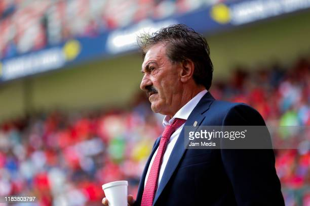 Ricardo La Volpe Head Coach of Toluca looks on during the 15th round match between Toluca and Pachuca as part of the Torneo Apertura 2019 Liga MX at...