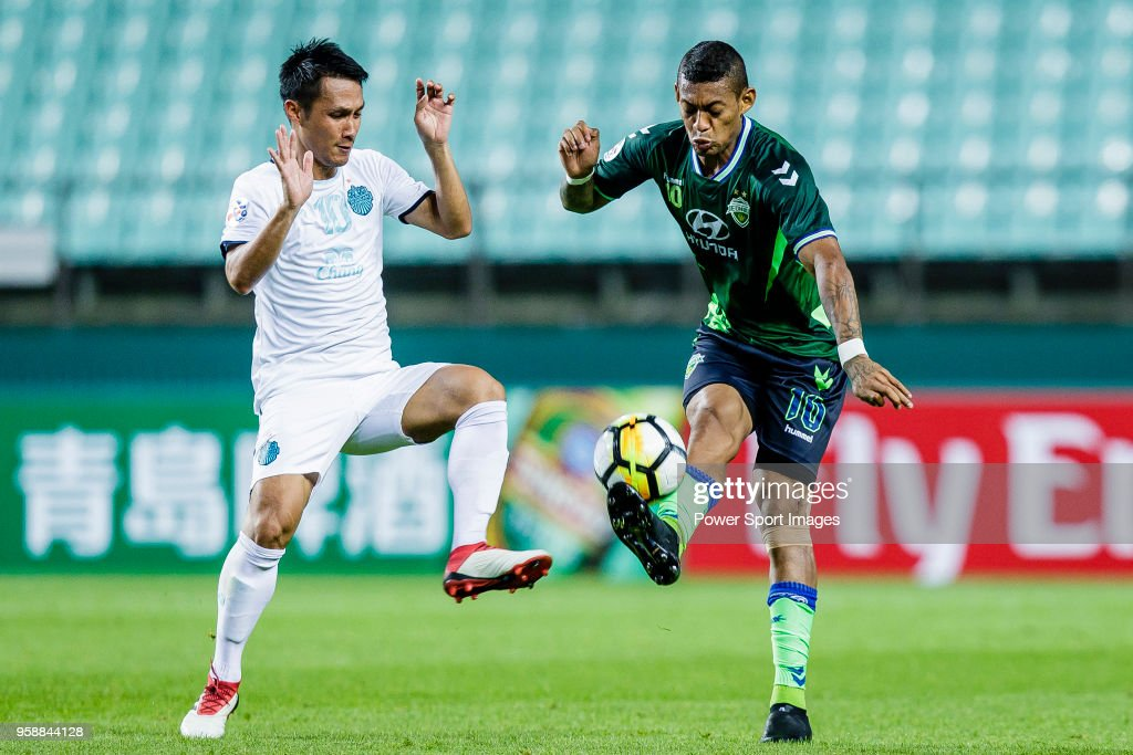 Ricardo Lopes of Jeonbuk Hyundai Motors FC (R) fights for the ball with Jakkaphan Kaewprom of Buriram United (L) during the AFC Champions League 2018 Group F match between Jeonbuk Hyundai Motors FC (KOR) and Buriram United (THA) at Jeonju World Cup Stadium on 15 May 2018, in Jeonju, South Korea.