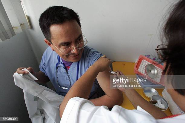 Ricardo Menendez medico jefe de cuidados intensivos de la Sala de Pediatria recibe una vacuna antiinfluenza en el Hospital Roosevelt de Ciudad de...