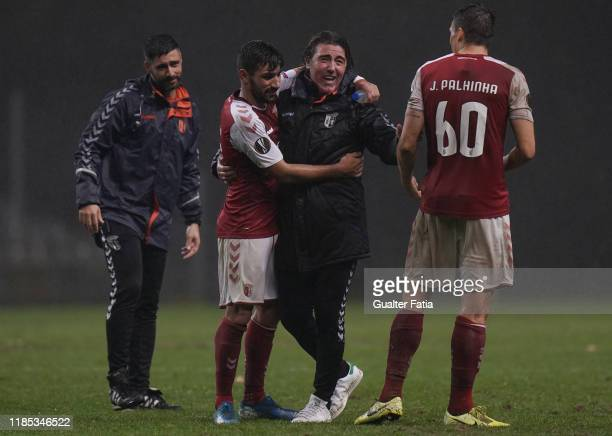 Ricardo Sa Pinto of SC Braga celebrates the victory with players at the end of the Group K UEFA Europa League match between SC Braga and...
