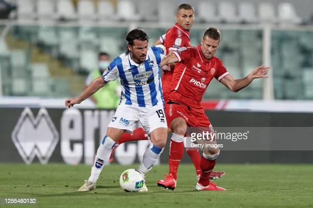 Riccardo Maniero of Pescara Calcio battles for the ball with Slobodan Rajković of AC Perugia during the serie B match between Pescara Calcio and AC...