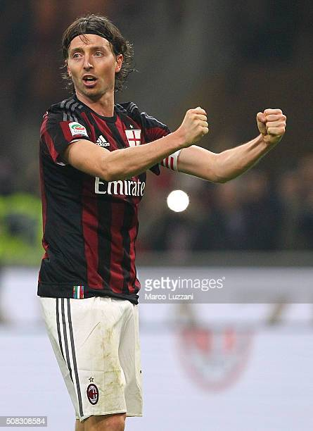 Riccardo Montolivo of AC Milan celebrates a victory at the end of the Serie A match between AC Milan and FC Internazionale Milano at Stadio Giuseppe...
