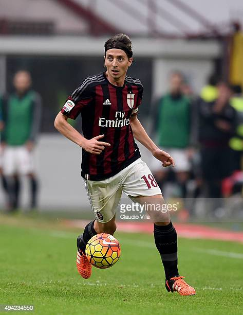 Riccardo Montolivo of AC Milan in action during the Serie A match between AC Milan and US Sassuolo Calcio at Stadio Giuseppe Meazza on October 25...