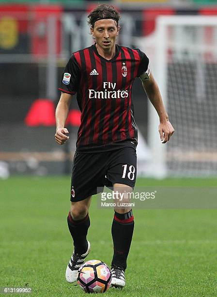 Riccardo Montolivo of AC Milan in action during the Serie A match between AC Milan and US Sassuolo at Stadio Giuseppe Meazza on October 2 2016 in...