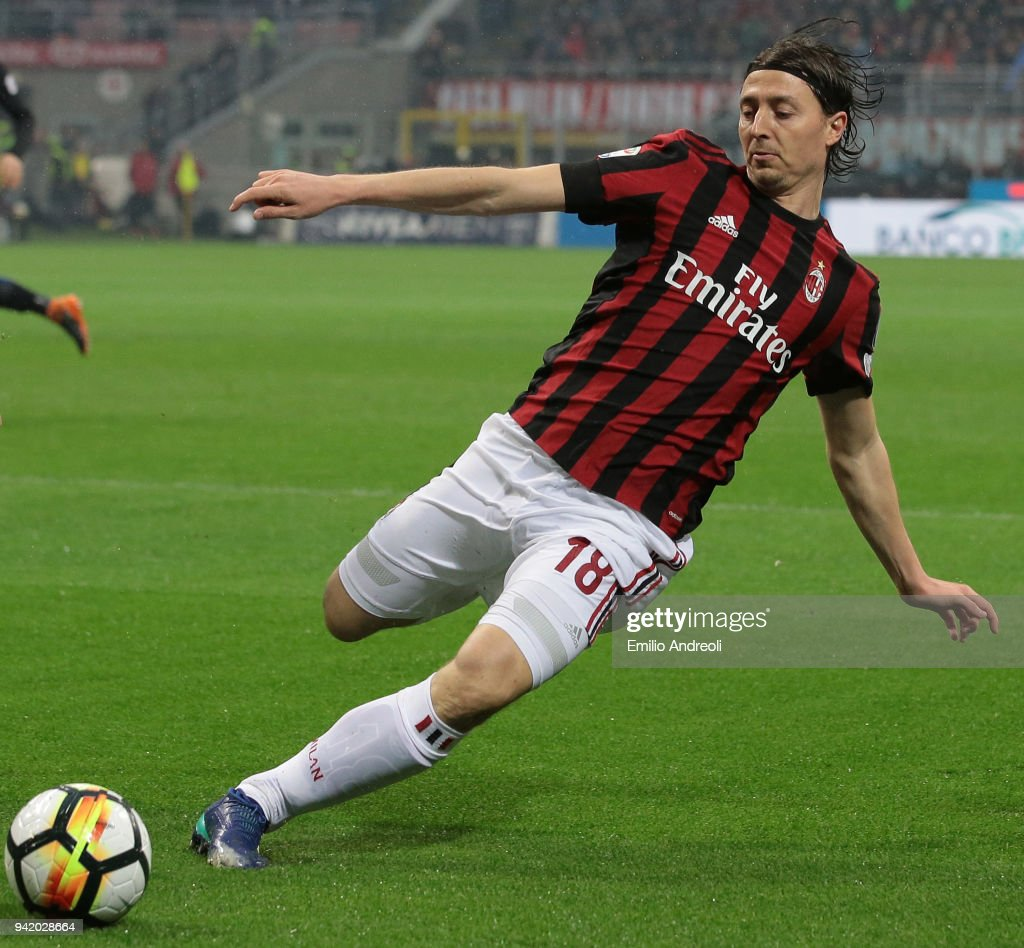 Riccardo Montolivo of AC Milan in action during the serie A match between AC Milan and FC Internazionale at Stadio Giuseppe Meazza on April 4, 2018 in Milan, Italy.