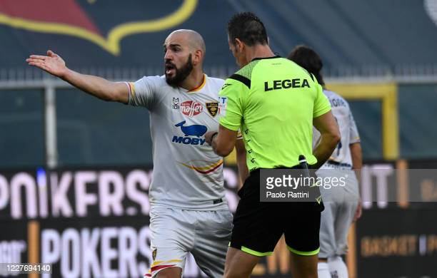 Riccardo Saponara of US Lecce disputes a decision with the referee Daniele Doveri during the Serie A match between Genoa CFC and US Lecce at Stadio...