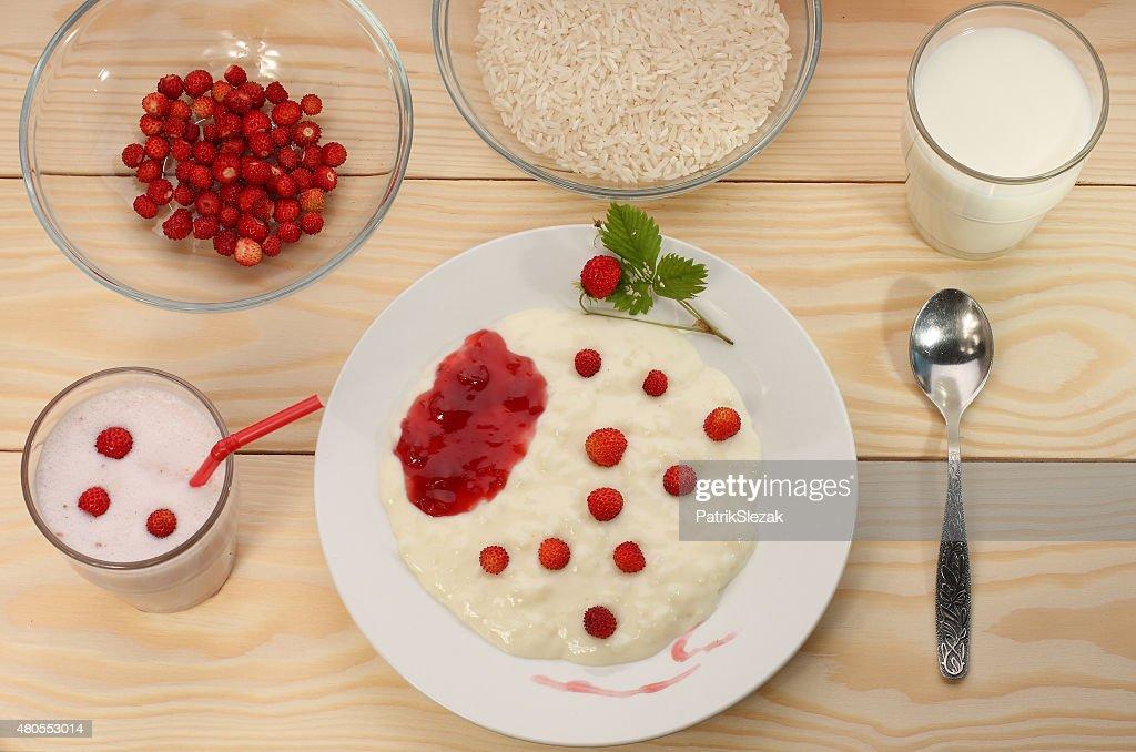 Arroz salvaje leche Gachas de avena con fresas, BATIDO, los ingredientes : Foto de stock