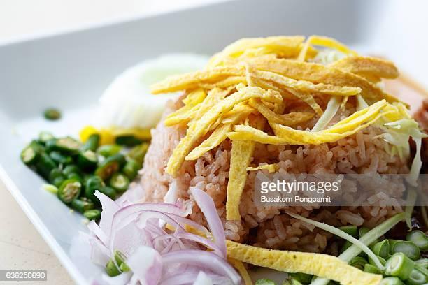 rice mixed with shrimp paste - echalote fotografías e imágenes de stock