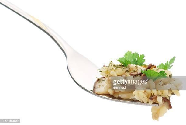 Reis mit Petersilie und Pilzen auf Gabel