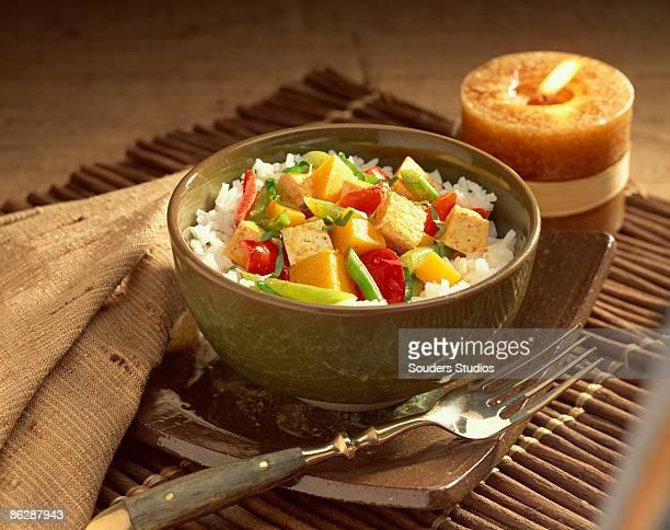 rice with tofu vegetable stir-fry - sostituto della carne foto e immagini stock