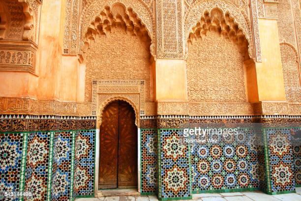 rich wall decoration in marrakesh palace - moruno fotografías e imágenes de stock