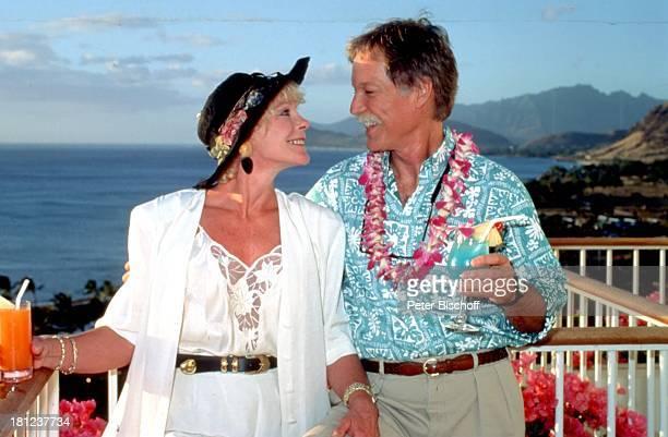Richard Chamberlain Elke Sommer Urlaub Hawaii/USA/NordAmerika Hotel Ihilani Insel Blumen Orchideenkranz Orchideen Schmuck Bart Schnurrbart Cocktail...