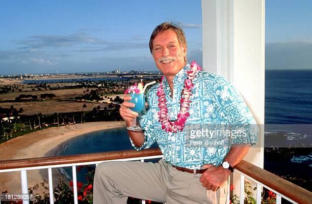 Richard Chamberlain Urlaub Hawaii/USA/NordAmerika Hotel Ihilani Insel Blumen Orchideenkranz Orchideen Schmuck Bart Cocktail Getränk Alkohol...