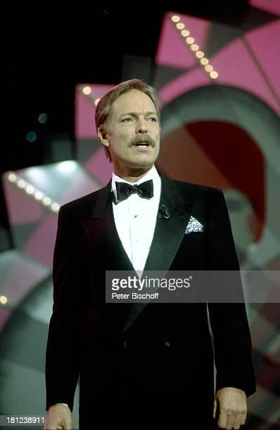 """Richard Chamberlain, ZDF-Sendung: """"P E T E R A L E X A N D E R - Show"""", , singen, Auftritt, Bühne, Fliege, Smoking, Sänger, Schauspieler, Promis,..."""