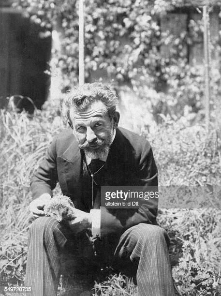 Richard Dehmel *18.11.1863-+ Dichter, Schriftsteller, Deutschland mit einem Igel im Garten - undatiert, um 1910