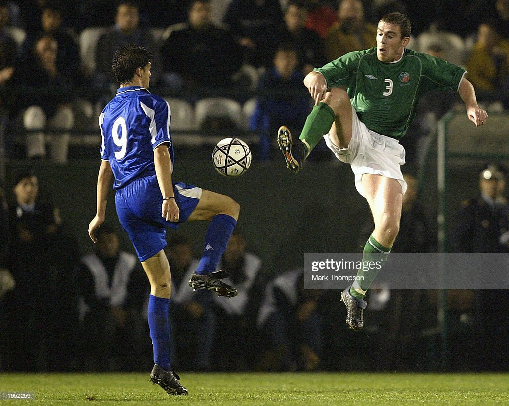 Richard Dunne of Ireland challenges Angelos Charisteas : News Photo