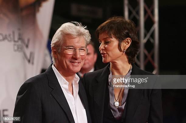 """Richard Gere Und Seine Ehefrau Carey Lowell Bei Der Premiere Von """"Das Lächeln Der Sterne"""" Im Cinestar In Berlin ."""