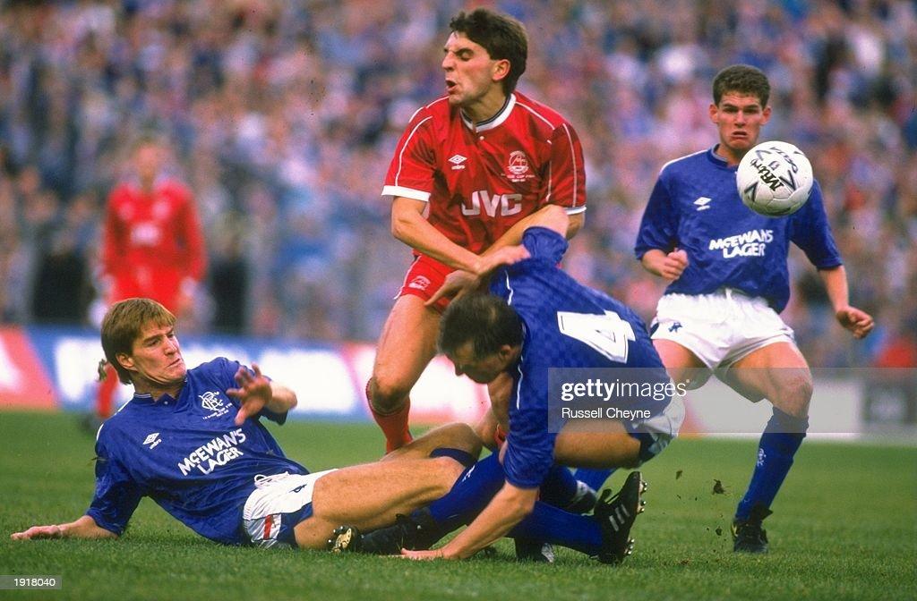 Gough of Rangers, Hewitt of Aberdeen and Roberts of Rangers scramble for the ball : News Photo