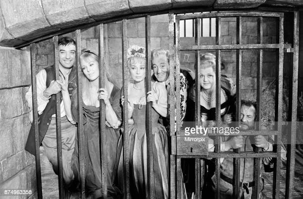 Richard Johnson, Kim Novak, Lilli Palmer, Vittorio De Sica and Angela Lansbury on the set of 'The Amorous Adventures of Moll Flanders' filming a...