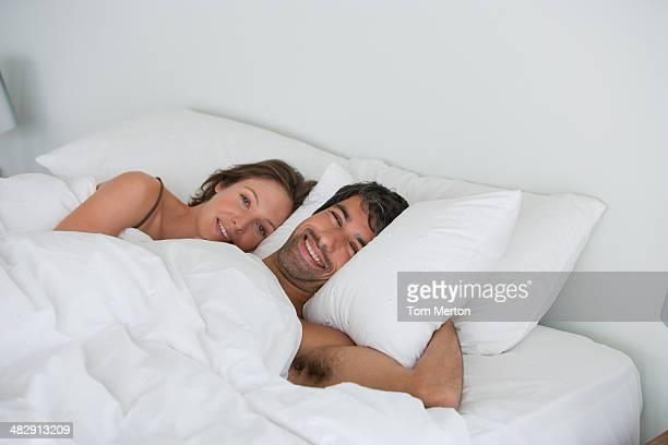richard & kirstin schlafen im bett 0047 - erotikbilder stock-fotos und bilder