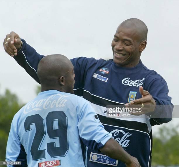Richard Morales saluda a Oscar Morales antes del comienzo de una práctica de la selección uruguaya de fútbol el 15 de noviembre de 2004 en Montevideo...