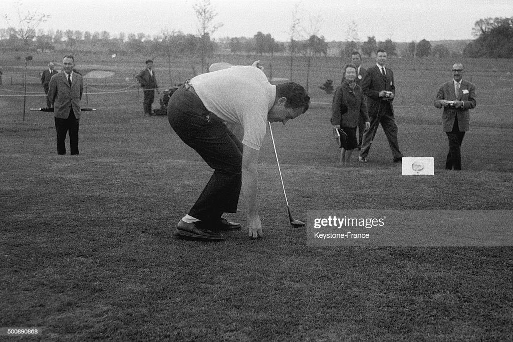 Richard Nixon Playing Golf : News Photo