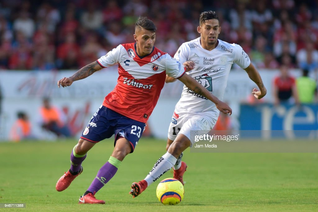 Richard Ruiz (L) of Veracruz and Andres Andrade (R) of Leon fight for the ball during the 15th round match between Veracruz and Leon as part of the Torneo Clausura 2018 Liga MX at Luis 'Pirata' de la Fuente Stadium on April 15, 2018 in Veracruz, Mexico.