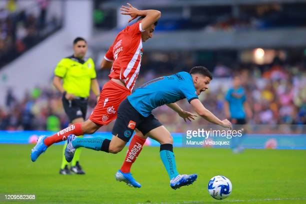 Richard Sánchez of America struggles for the ball against Jair Cortez of Necaxa during the 8th round match between America and Neaxa as part of the...