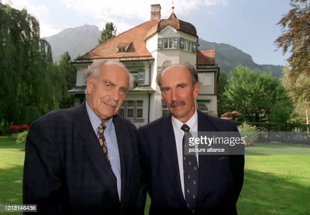 Richard und Christian Strauss, Enkel des Komponisten Richard Strauss, stehen an seinem 50. Todestag am 8.9.1999 vor seiner Villa in Garmisch. 1864 in...