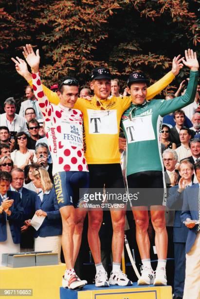 Richard Virenque, Jan Ullrich et Erik Zabel saluent la foule àprès l'arrivée du Tour de France 97 le 25 juiller 1997 à Paris, France.