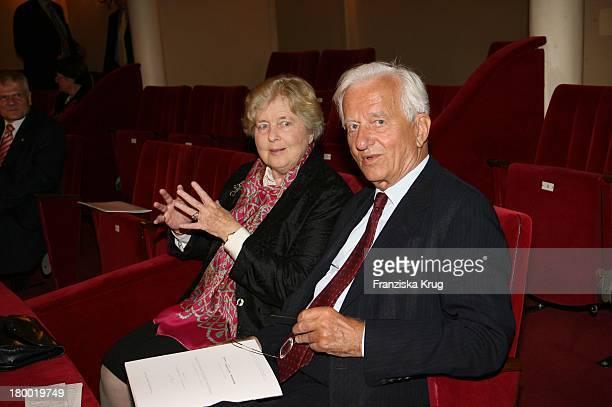 Richard Von Weizsäcker Und Ehefrau Marianne Bei Der Mailänder Scala Oper In Der Komischen Oper In Berlin