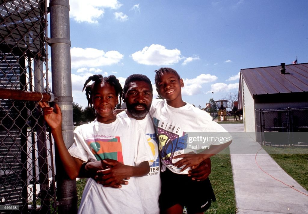 Tennis players Venus and Serena Williams pose in 1991 in Compton : News Photo