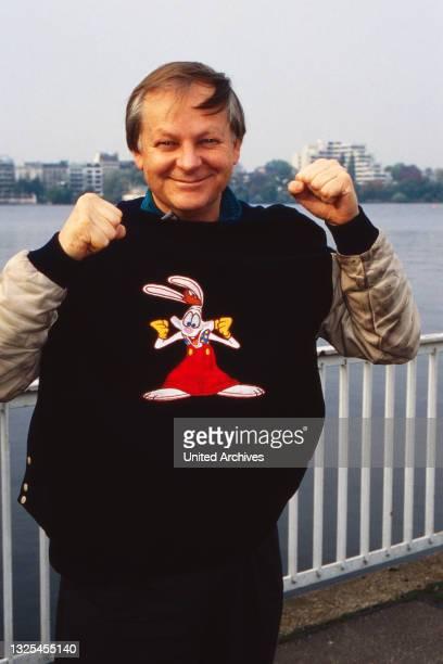 """Richard Williams, kanadischer Animator, Trickfilmer, Regisseur und Produzent, stellt """"Roger Rabbit"""" in Hamburg vor, Deutschland 1988."""