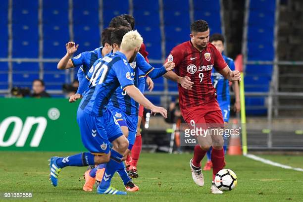 Richard Windbichler of Ulsan Hyundai and Elkeson of Shanghai SIPG compete for the ball during the 2018 AFC Champions League Group F match between...