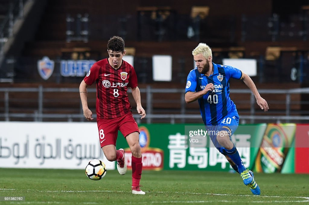 Richard Windbichler #40 of Ulsan Hyundai and Oscar #8 of Shanghai SIPG compete for the ball during the 2018 AFC Champions League Group F match between Ulsan Hyundai FC and Shanghai SIPG at the Ulsan Munsu Football Stadium on March 13, 2018 in Ulsan, South Korea.
