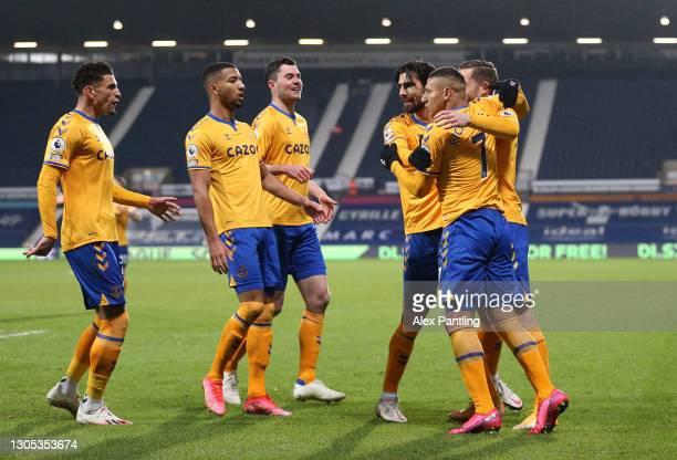 Richarlison of Everton celebrates with teammates Ben Godfrey, Mason Holgate, Michael Keane, Gylfi Sigurdsson and Andre Gomes after scoring his team's...