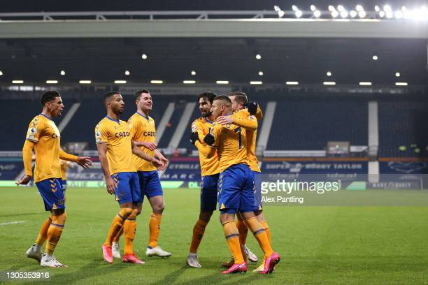Richarlison of Everton celebrates with teammates Ben Godfrey, Michael Keane, Gylfi Sigurdsson and Andre Gomes after scoring his team's first goal...