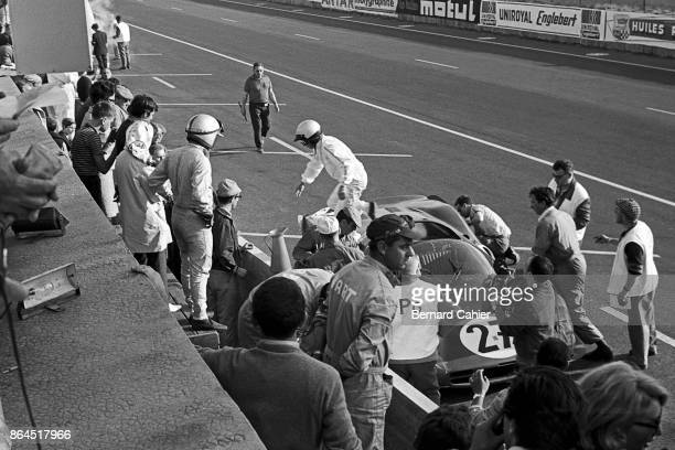 Richie Ginther Pedro Rodriguez Ferrari 365P2/3 24 Hours of Le Mans Le Mans 19 June 1966 Pedro Rodriguez and teammate Richie Ginther trading places...