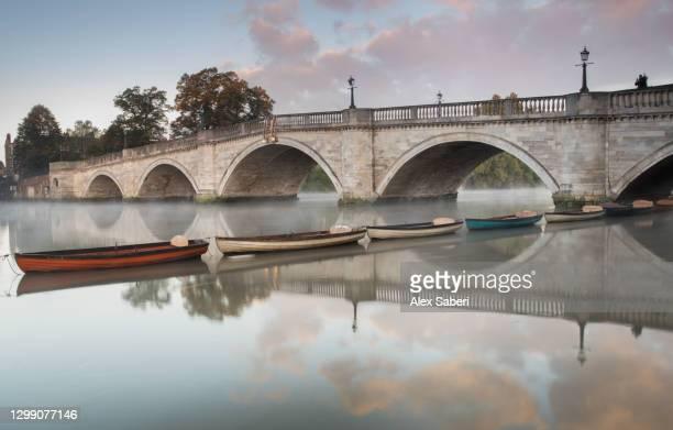 richmond bridge at sunrise. - alex saberi stock pictures, royalty-free photos & images