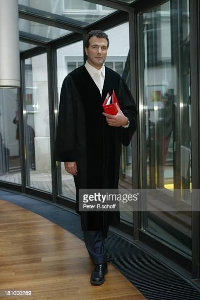 """Richter Alexander Hold, Sat.1-Gerichts-Reihe """"Schuldig? - Schicksale vor Gericht"""", Hamburg, , Akte """"Staatsanwaltschaft"""", Robe, """"BeckÏsche..."""