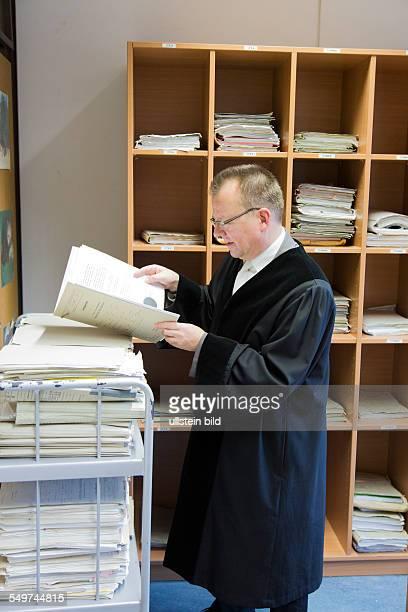 Richter liest Akten am Landgericht Bielefeld