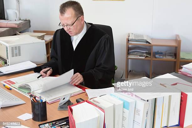 Richter studiert Akten am Landgericht Bielefeld