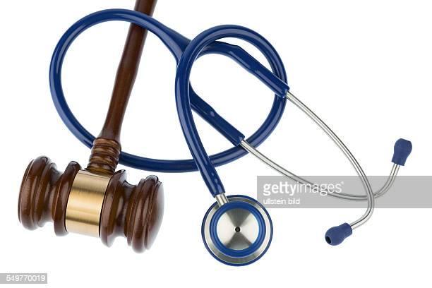 Richterhammer und Stethoskop Symbolfoto für Pfusch und Ärztefehler
